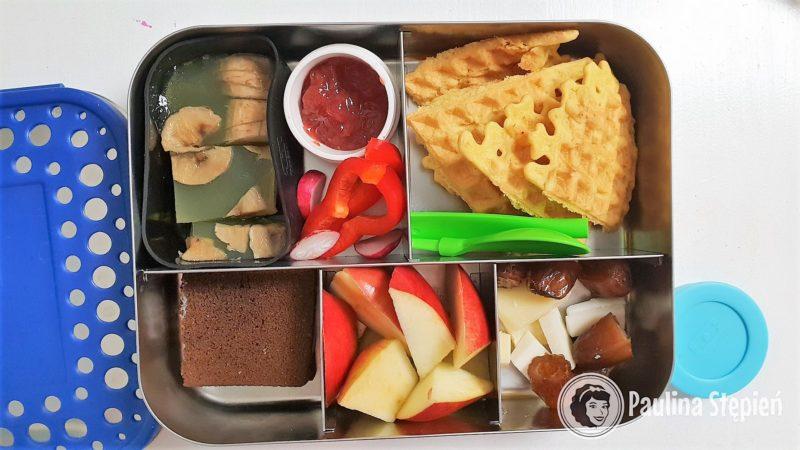 Galaretka agarowa, dżem w zamykanym pojemniczku, gofry z ciecierzycy, kanapki, jabłka, bakalie