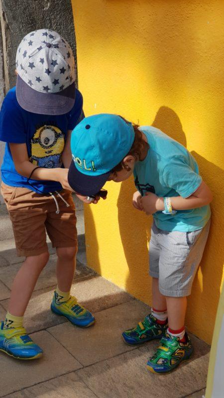 Dzieci robią sobie swoje zdjęcia, zerknij na kolory tła