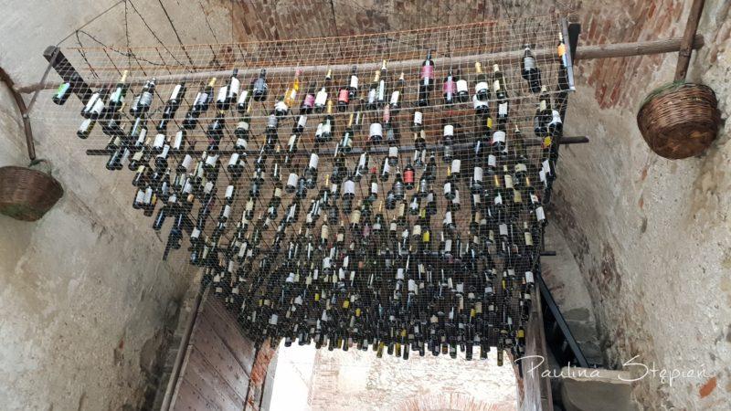 Soave - widzicie te butelki? To główna brama wejściowa do miasteczka, rozumiecie już o co chodzi z tym winem? :)
