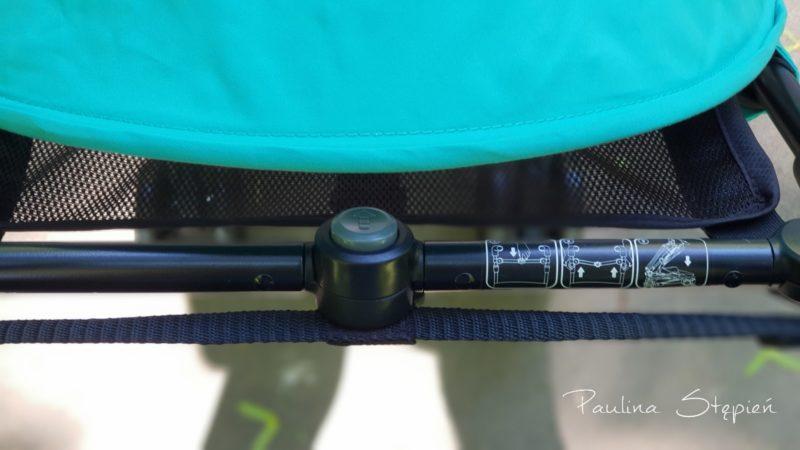 Składanie wózka, od góry widać tę poprzeczną belkę