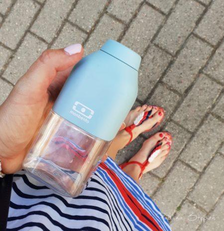 To mała Monbento, butelka idealna do małej torebki, zawsze ją biorę, nawet na plac zabaw czy na szybki wypad do sklepu