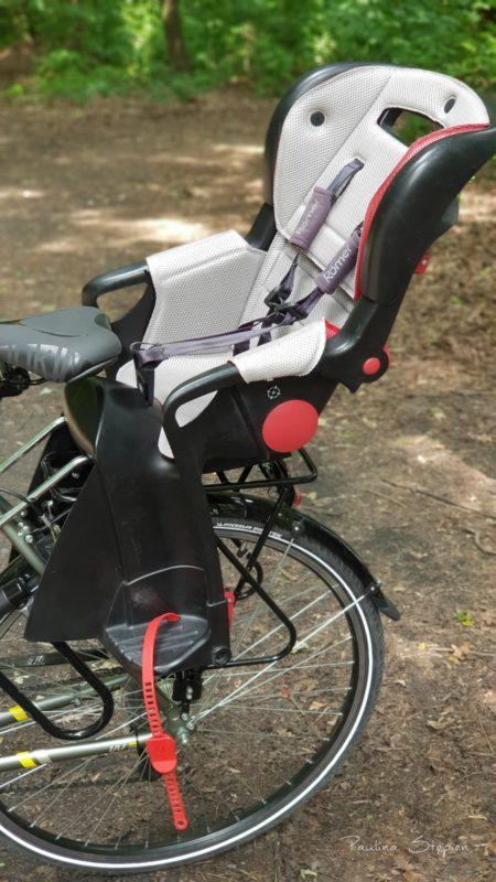 Fotelik zamontowany na rowerze