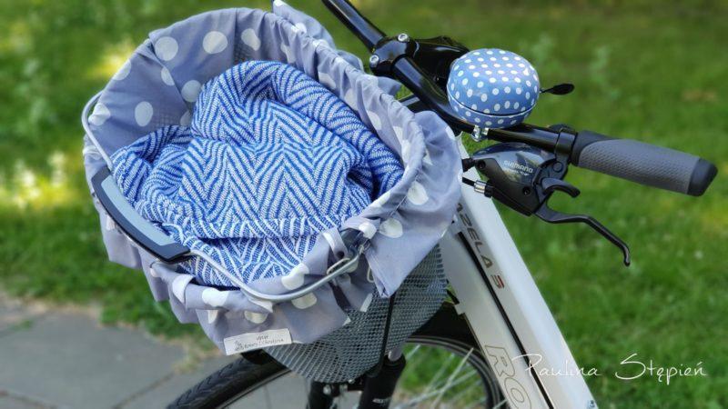 Tutaj koszyk z wypełnieniem w groszki i jeszcze kocyk na szybki piknik