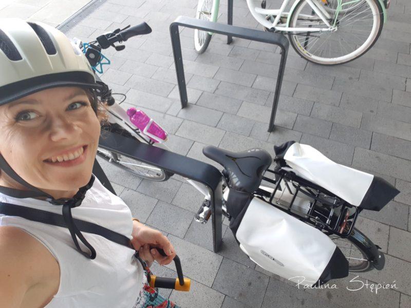 Zakupy z sakwami na rowerze