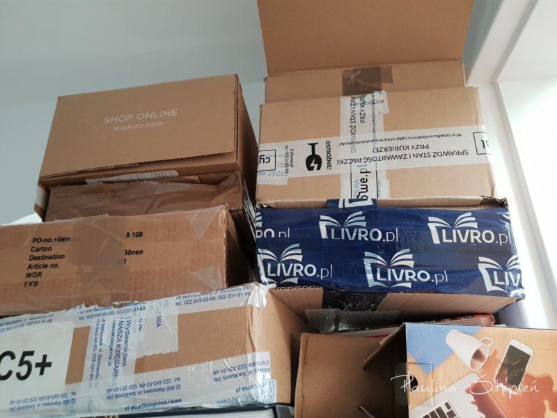 Kartony na szafie, które trzymam na wysyłki
