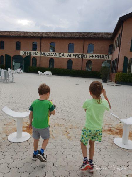 Przed muzeum Ferrari