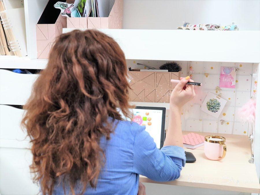Jest bardzo wygodne, a powierzchnia jest o wiele większa niż w malutkim biurku