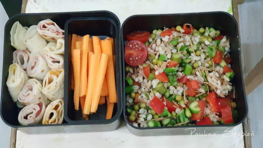 Naleśniki, marchewki do przegryzania i kasza z warzywami