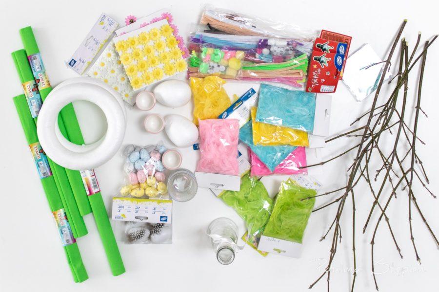 Wszystko co potrzebne do wspólnego dekorowania, krepina, jajeczka styropianowe, piórka, kwiatuszki i druciki.