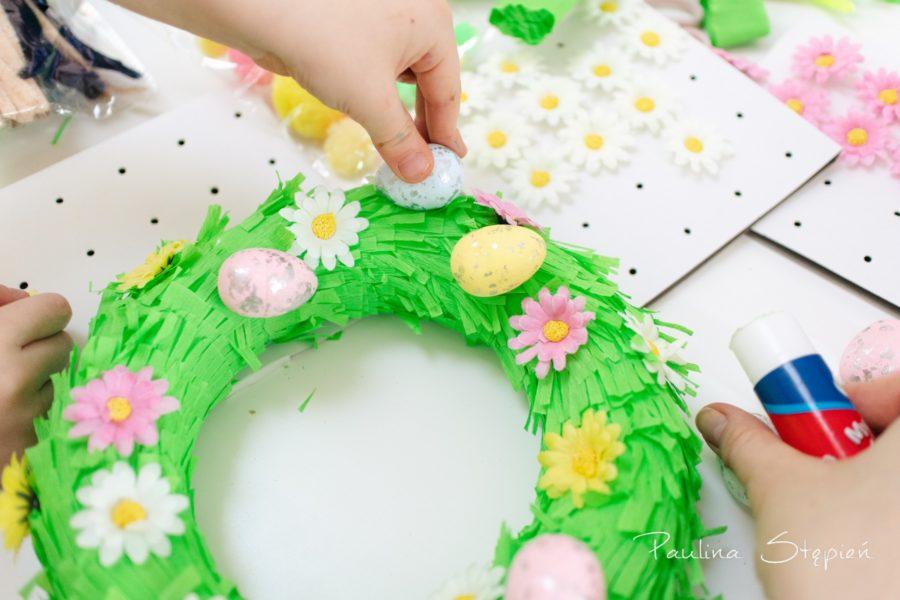 Dzieci miały ogromną frajdę z przyklejania dekoracji