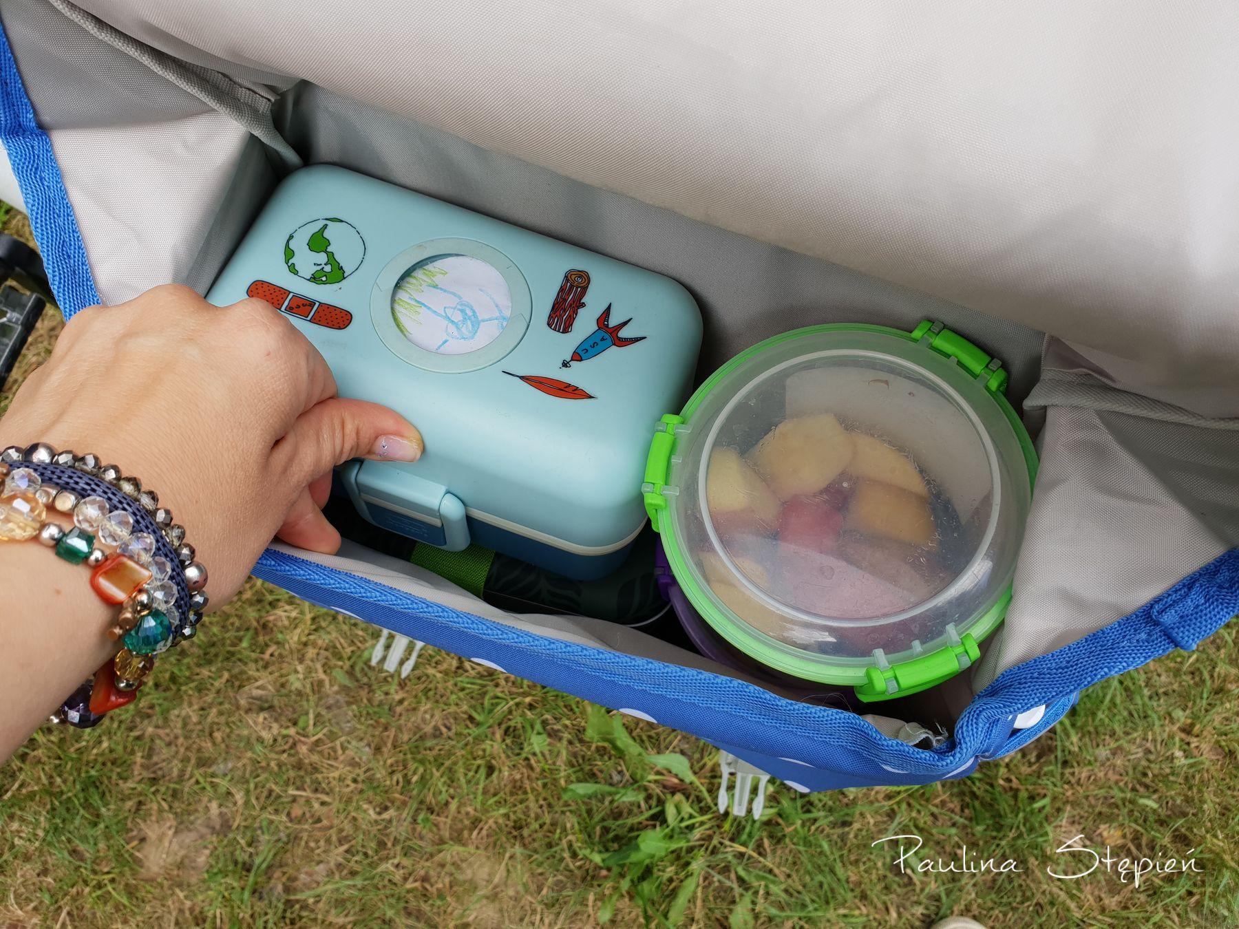Mieszczą się Lunchboxy, woda, dodatkowe pudełka z owosami i na górę jeszcze jakaś kurtka