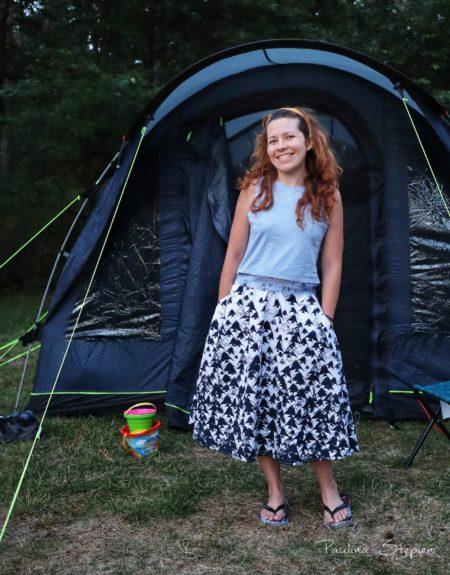 Sukienka w ryby pod namiotem