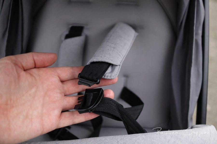 Pasy w wózku i możliwość rozpięcia części naramiennej od biodrowej