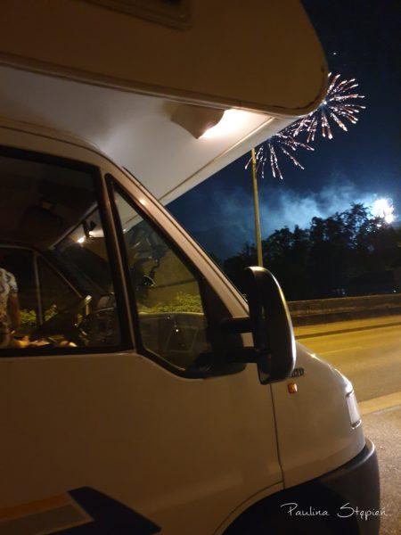 Ognie wieczorem na Święto Francji