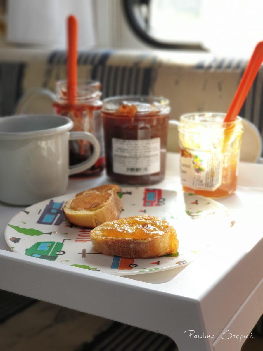 Bardzo francuskie śniadanie, tosty i dżemy, nasze odkrycie to dżem jabłkowy z karmelem