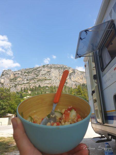 Jedzenie z widokiem na skały