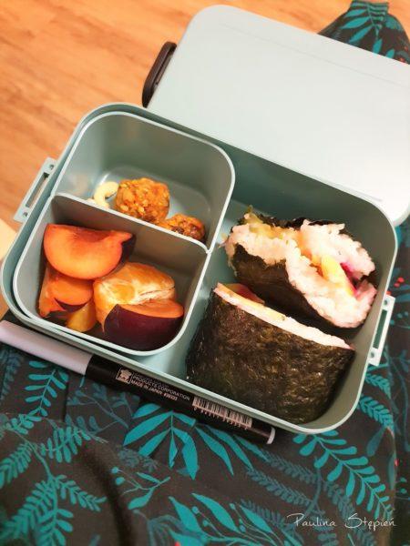 To na przykład jeden z moich ulubionych zestawów, które ostatnio zabieram na zajęcia, czyli pokrojone owoce, warzywa i kanapka sushi, czyli wszystko do ręki, raczej