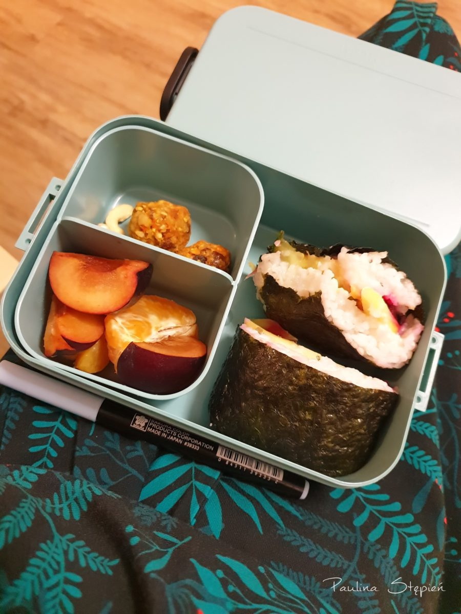 Moje ostatnie pudełko, które zabrałam na uczelnię, w środku kulki mocy i onigirazu, czyli taka sushi kanapka, świetna opcja