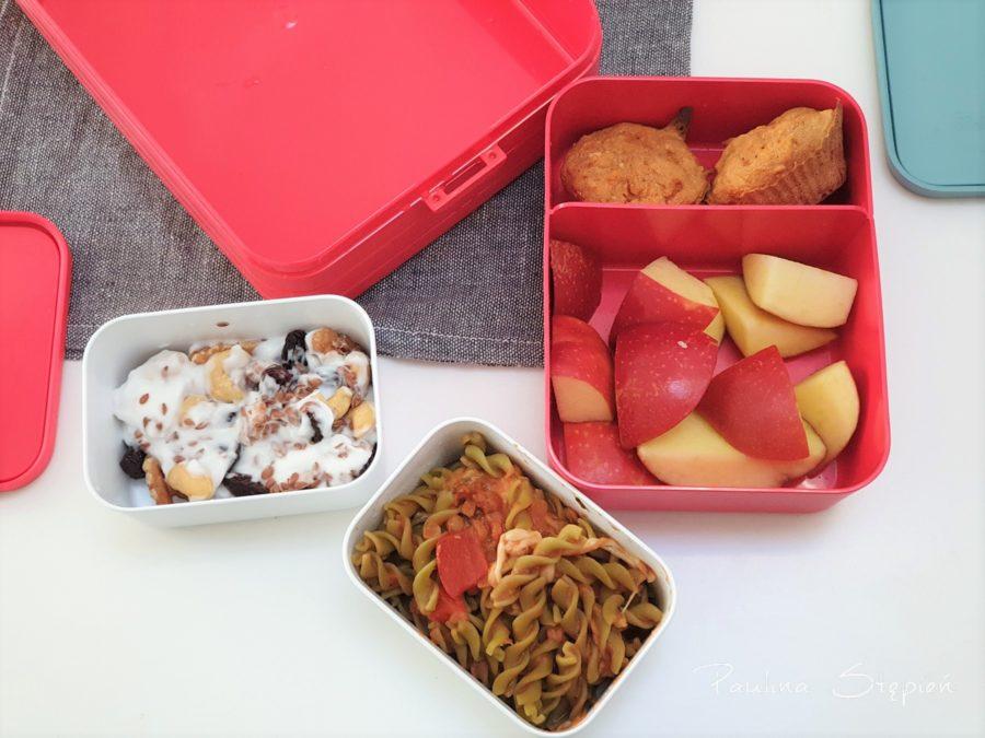 Pudełeczka i przegródki dają wiele możliwości zapakowania jedzenia. Jogurt z bakaliami i ziarnami, makaron strączkowy, owoce, babeczki. Nic się nie wymiesza