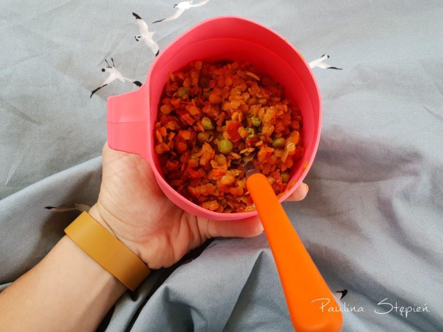 Ciepły posiłek jedzony w miseczce