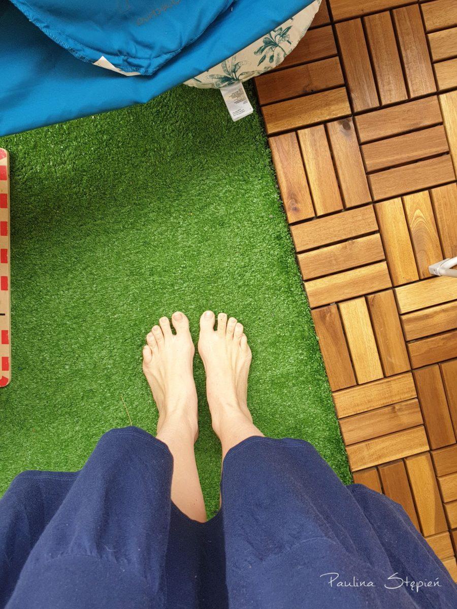 Zarówno sztuczna trawa, jak i drewno - super