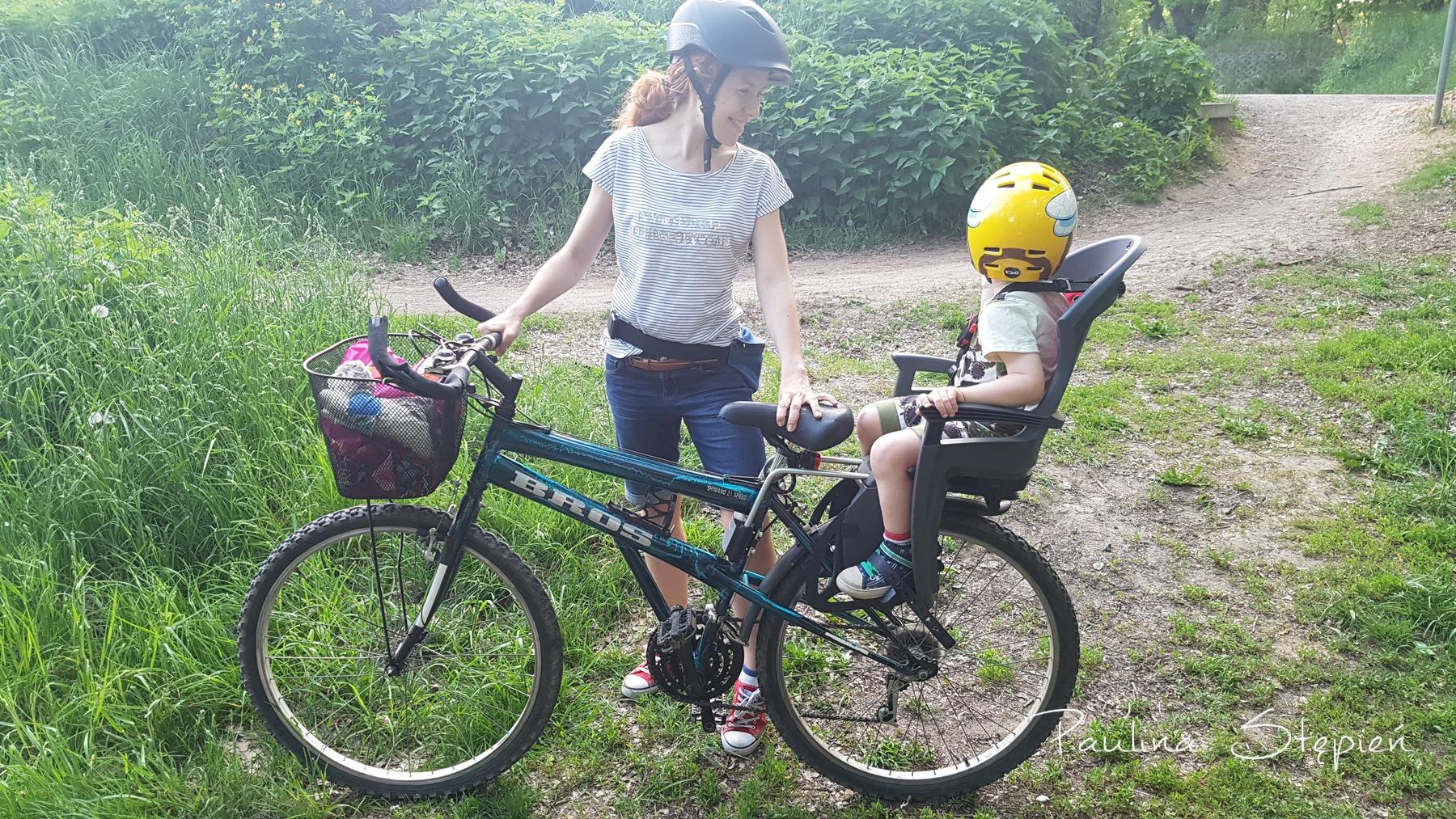 A tutaj stary rower i jak się przyjrzysz to widać koszyk i jego mocowanie do widelca, bo tamten rower nie miał amortyzatorów
