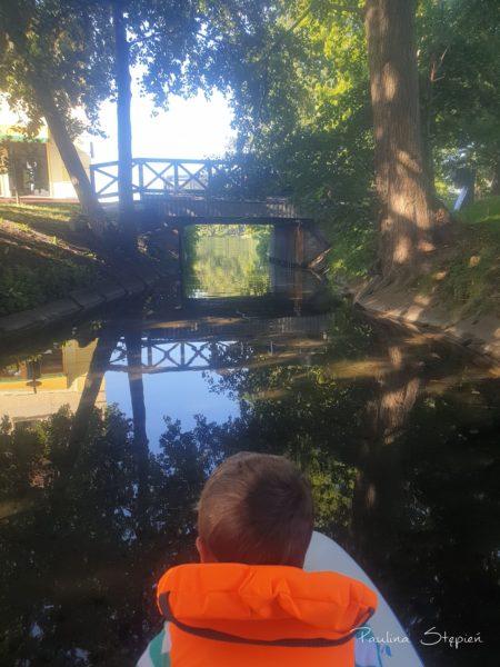 Przepływanie pod mostem