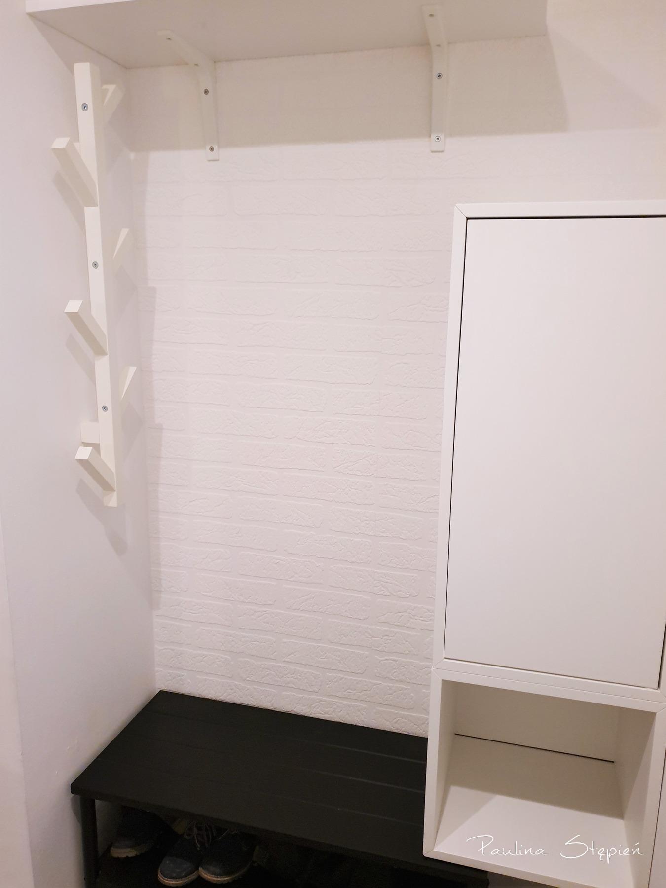 Zamiast szafy ława, szafka i drzewo-wieszak